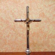 Antigüedades: ANTIGUO CRUCIFIJO DE MESA DE ALTAR CON CRISTO DE BRONCE. 45 CM.. Lote 107450427
