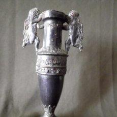 Antigüedades: ANTIGUO JARRÓN DE PELTRE. Lote 107455247
