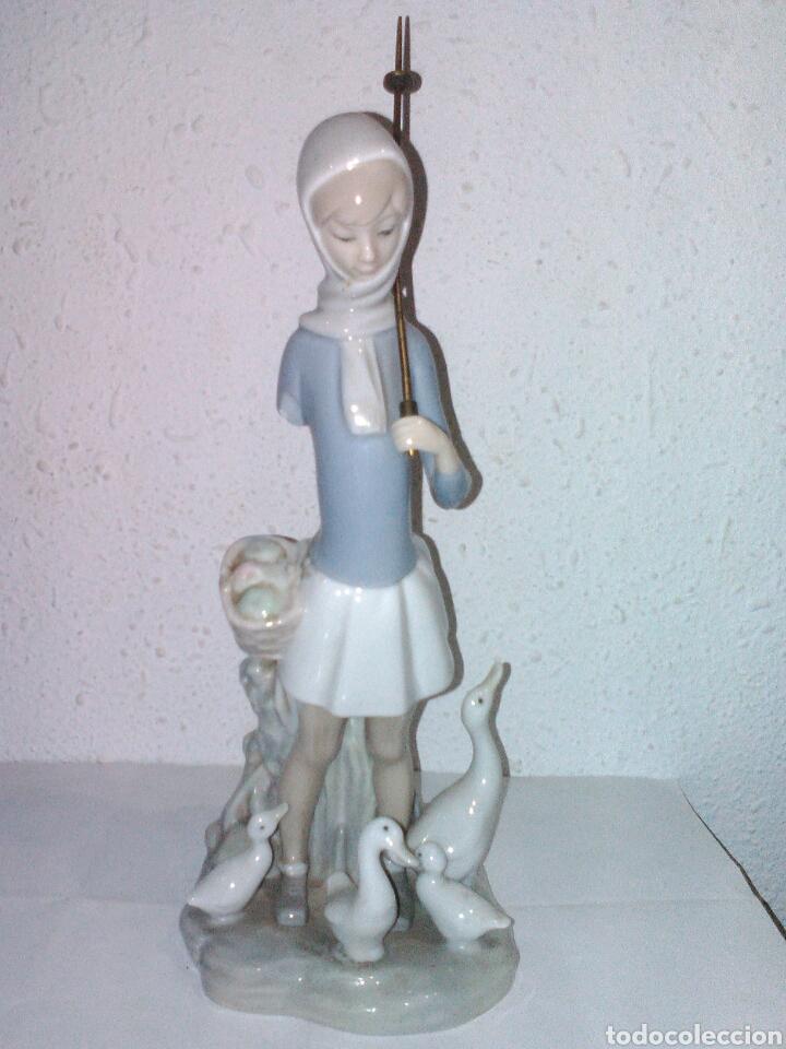 FIGURA CHICA Y PATOS. LLADRÓ PARA REPARAR O APROVECHAR. (Antigüedades - Porcelanas y Cerámicas - Lladró)