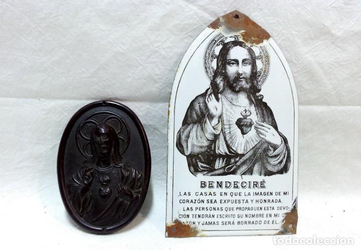 ANTIGUO SAGRADO CORAZÓN DE JESÚS O BENDECIRÉ DE BAQUELITA, MÁS OTRO DE OBSEQUIO. VER (Antigüedades - Religiosas - Ornamentos Antiguos)
