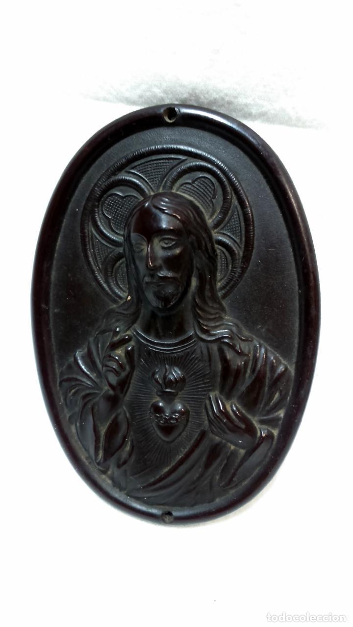 Antigüedades: ANTIGUO SAGRADO CORAZÓN DE JESÚS O BENDECIRÉ DE BAQUELITA, MÁS OTRO DE OBSEQUIO. VER - Foto 3 - 221632606