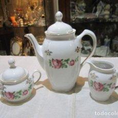 Antigüedades: CAFETERA, AZUCARERO Y LECHERA EN PORCELANA SANTA CLARA, VIGO.. Lote 107568987