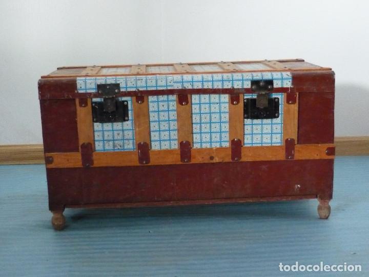 BAUL DE MADERA FORRADO CON HOJALATA DECORATIVA (Antigüedades - Muebles Antiguos - Baúles Antiguos)