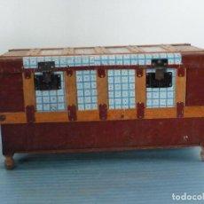 Antigüedades: BAUL DE MADERA FORRADO CON HOJALATA DECORATIVA. Lote 107604983