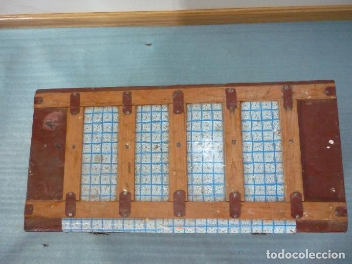 Antigüedades: BAUL DE MADERA FORRADO CON HOJALATA DECORATIVA - Foto 3 - 107604983