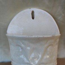 Antigüedades: ANTIGUA JARDINERA PARA COLGAR PARED EN CERAMICA VIDRIADA BLANCA DE MANISES VASCA ALCORA?. Lote 107647759