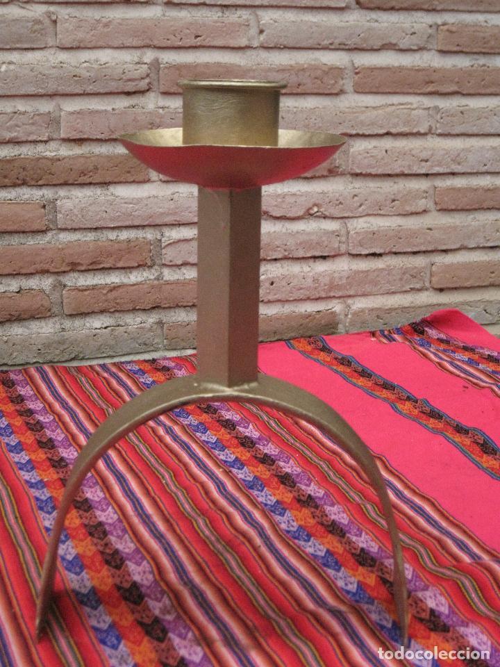 PORTAVELAS EN HIERRO FORJADO. (Antigüedades - Hogar y Decoración - Portavelas Antiguas)
