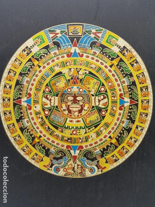 ANTIGUO CUADRO O RETABLO DE MADERA CON CALENDARIO AZTECA EN LATÓN. (Antigüedades - Hogar y Decoración - Otros)