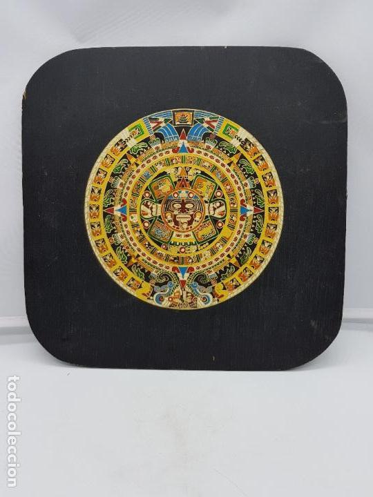 Antigüedades: Antiguo cuadro o retablo de madera con calendario azteca en latón. - Foto 2 - 107752147