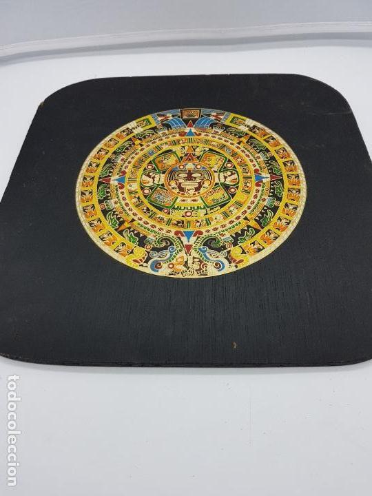 Antigüedades: Antiguo cuadro o retablo de madera con calendario azteca en latón. - Foto 3 - 107752147