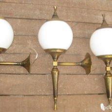 Antigüedades: ELEGANTE TRIO 3 LAMPARAS ANTIGUAS PARED APLIQUES ART DECO LATON Y CRISTAL . Lote 107808575