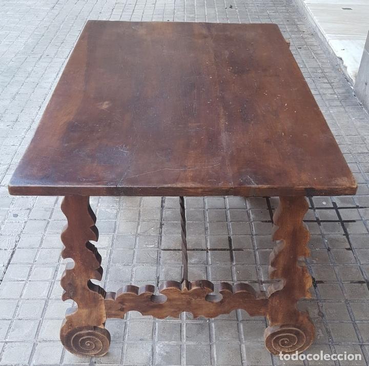 Antigüedades: MESA CASTELLANA. PATAS EN FORMA DE LIRA. MADERA DE NOGAL. ESPAÑA. SIGLO XIX. - Foto 6 - 107903915