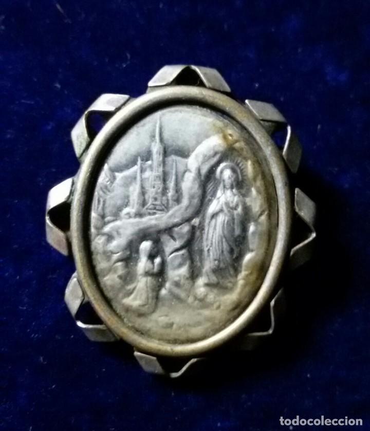 ANTIGUO BROCHE DE LA VIRGEN DE LOURDES EN METAL PLATEADO. (Antigüedades - Religiosas - Varios)