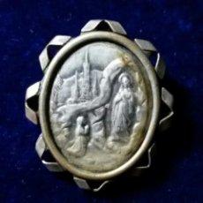Antigüedades: ANTIGUO BROCHE DE LA VIRGEN DE LOURDES EN METAL PLATEADO.. Lote 107926515