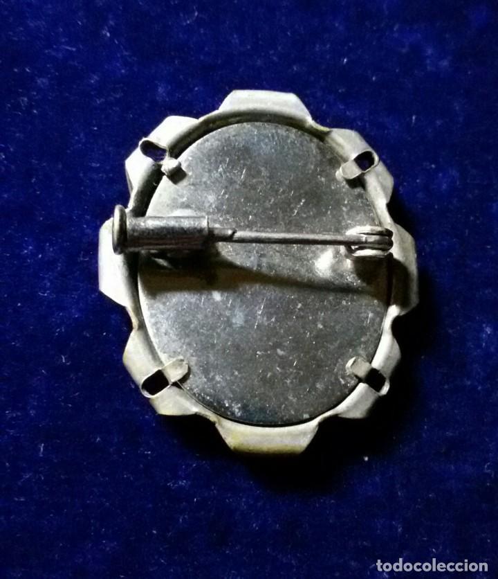 Antigüedades: ANTIGUO BROCHE DE LA VIRGEN DE LOURDES EN METAL PLATEADO. - Foto 2 - 107926515
