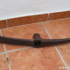 Antigüedades: ANTIGUO AZADON DE DOBLE USO, PICO Y AZADA.. Lote 107962351