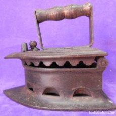 Antigüedades: ANTIGUA Y ENORME PLANCHA DE CARBON 21,5CM X 15,5CM DE BASE. PARA GRANDES PIEZAS DE TELAS. MANGO REST. Lote 107976759
