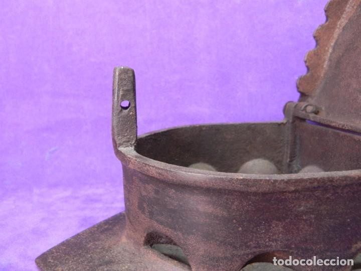 Antigüedades: ANTIGUA Y ENORME PLANCHA DE CARBON 21,5cm X 15,5cm DE BASE. PARA GRANDES PIEZAS DE TELAS. MANGO REST - Foto 10 - 107976759