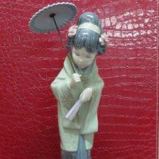 Antigüedades: FIGURA MUJER ASIÁTICA CON SOMBRILLA, PORCELANA LLADRÓ. Lote 107989103