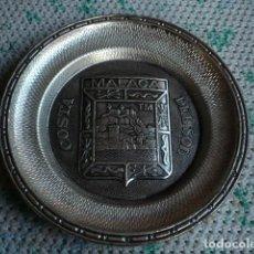 Antigüedades: PLATO DE METAL ANTIGUO CON ESCUDO DE MÁLAGA Y SÍMBOLOS ANTERIORES A LA TRANSICIÓN. Lote 108035091