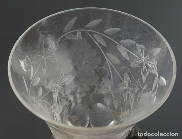 Antigüedades: COPA DE JEREZ. CRISTAL TALLADO. PIE DE METAL PLATEADO. CIRCA 1950. - Foto 3 - 108041375