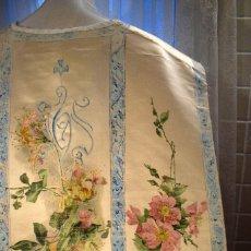 Antigüedades: MARAVILLOSA CASULLA PINTADA A MANO SOBRE SEDA BLANCA. Lote 108155619