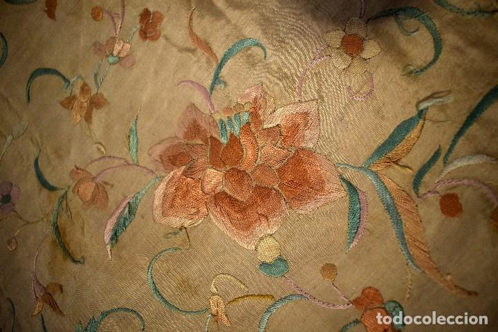Antigüedades: Mantón mantoncillo de Manila isabelino, ala mosca pieza rara pequeño y con chinos en dos picos - Foto 6 - 108158343