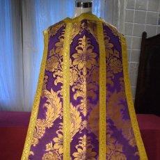 Antigüedades: BELLA CASULLA COLOR PÚRPURA CON GALÓN ANCHO. Lote 108160463