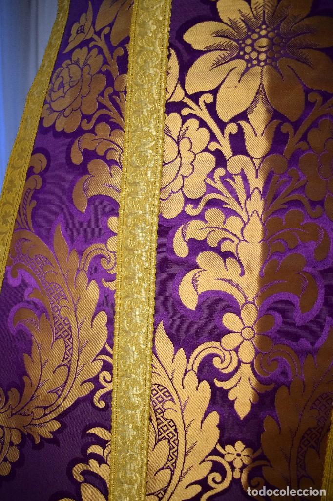 Antigüedades: Bella casulla color púrpura con galón ancho - Foto 2 - 108160463