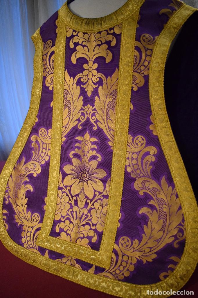 Antigüedades: Bella casulla color púrpura con galón ancho - Foto 3 - 108160463