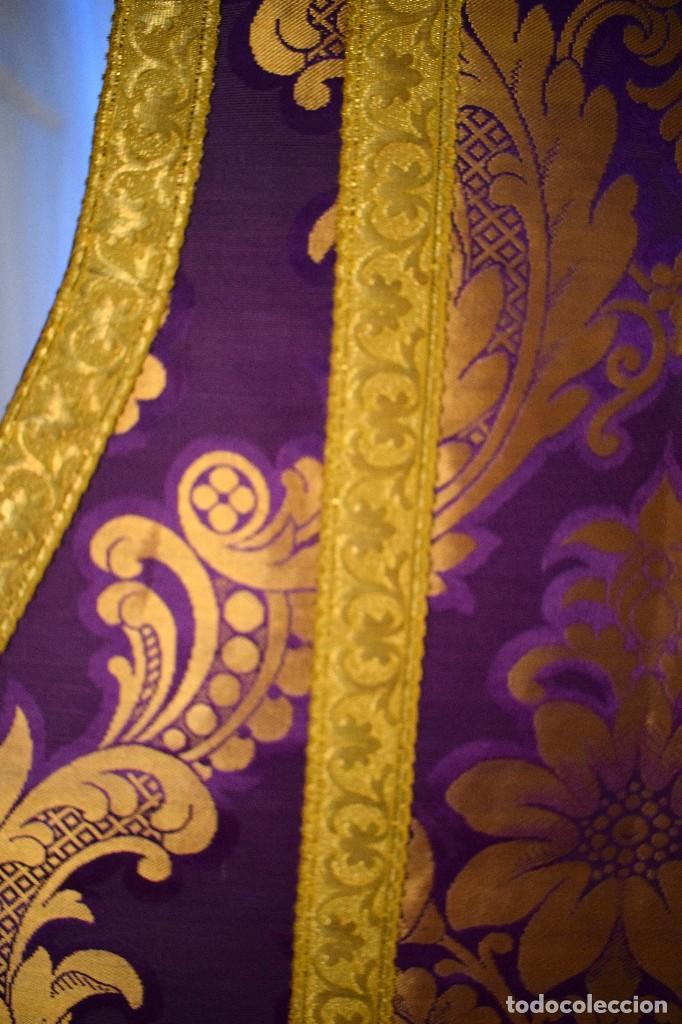 Antigüedades: Bella casulla color púrpura con galón ancho - Foto 4 - 108160463