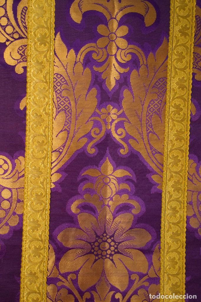 Antigüedades: Bella casulla color púrpura con galón ancho - Foto 6 - 108160463