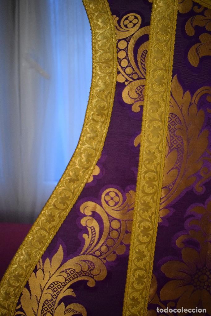 Antigüedades: Bella casulla color púrpura con galón ancho - Foto 8 - 108160463