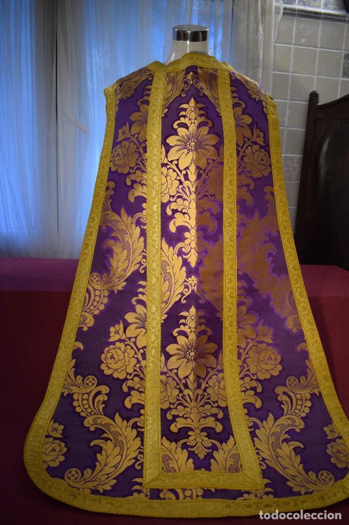 Antigüedades: Bella casulla color púrpura con galón ancho - Foto 9 - 108160463