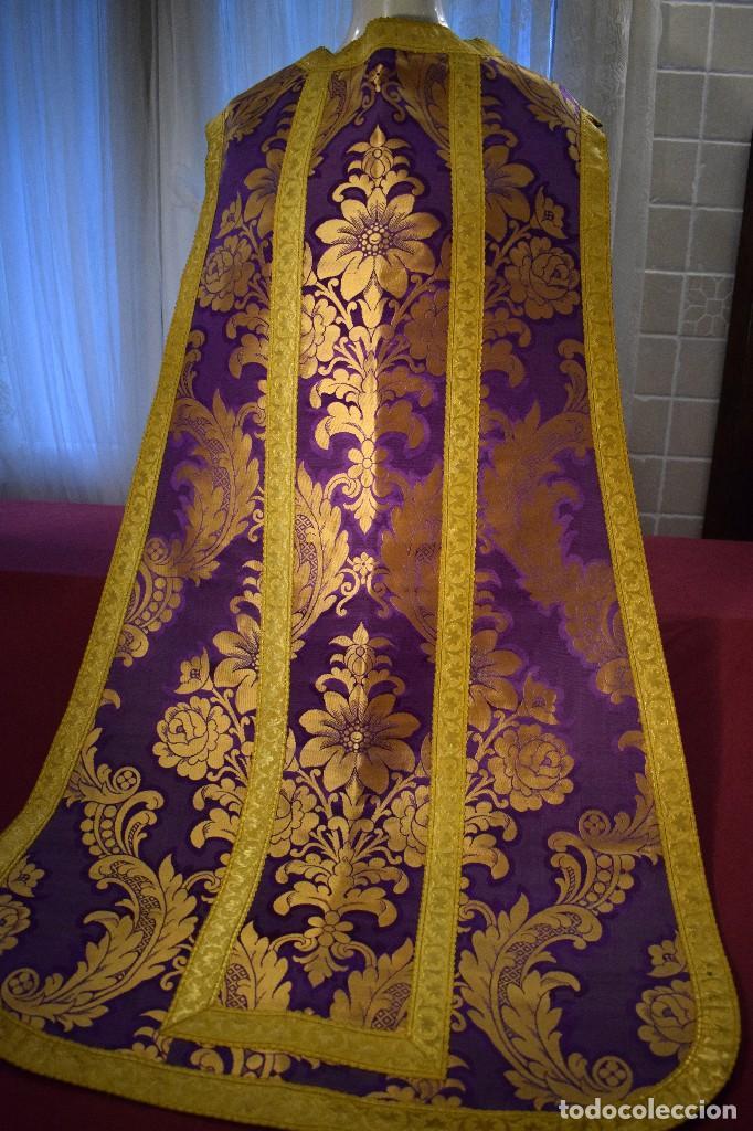 Antigüedades: Bella casulla color púrpura con galón ancho - Foto 10 - 108160463