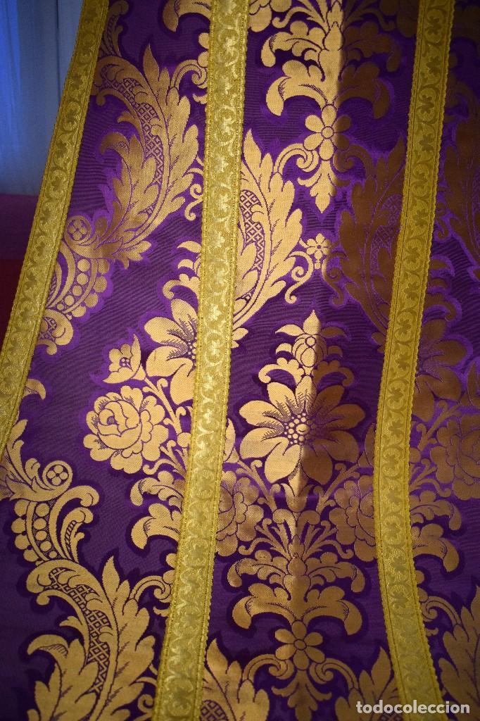 Antigüedades: Bella casulla color púrpura con galón ancho - Foto 11 - 108160463