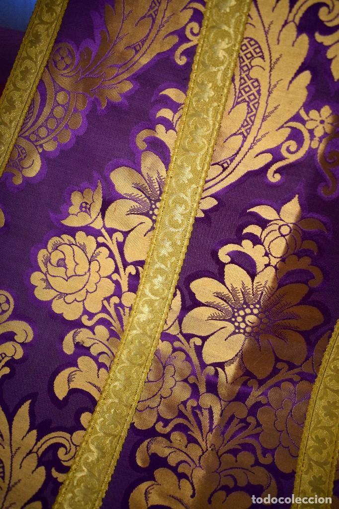 Antigüedades: Bella casulla color púrpura con galón ancho - Foto 12 - 108160463