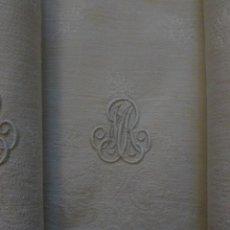 Antigüedades: DOCE SERVILLETAS DE LINO Y ALGODÓN ADAMASCADO CON INICIALES BORDADAS S.XIX. Lote 109553134