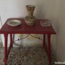 Antigüedades: LOTE COMPUESTO POR MESA, TRES SILLAS Y BANQUETA DE MADERA Y ENEA CON PATAS DE LENTEJA. Lote 108260771
