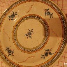 Antigüedades: PLATO EN CERAMICA DE MANISES SIGLO XIX,COPIANDO MODELOS ALCORA,FABRICA DE LES ARENES . Lote 108297623