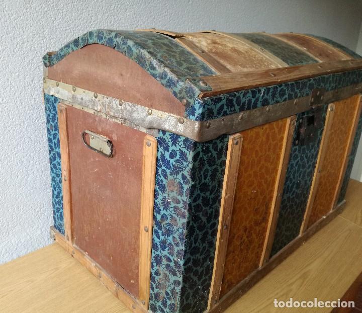 Antigüedades: Antiguo baúl Arcon grande vintage de chapa y madera, forrado en papel - Foto 2 - 108309375
