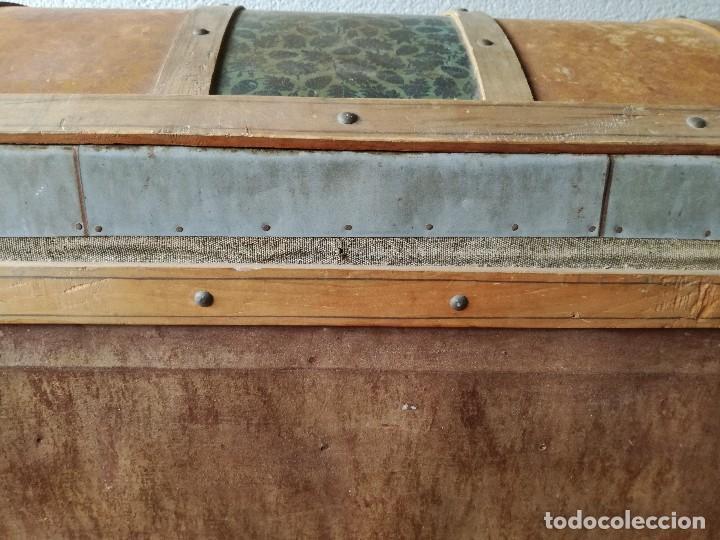 Antigüedades: Antiguo baúl Arcon grande vintage de chapa y madera, forrado en papel - Foto 3 - 108309375