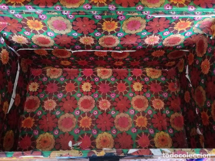 Antigüedades: Antiguo baúl Arcon grande vintage de chapa y madera, forrado en papel - Foto 4 - 108309375