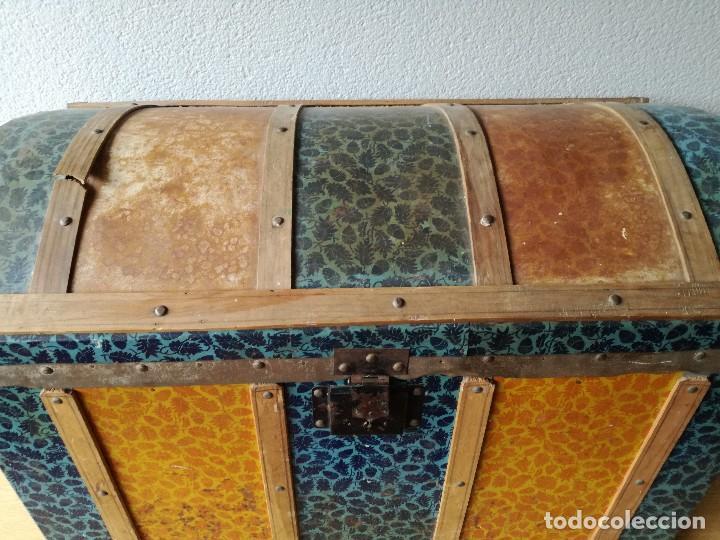 Antigüedades: Antiguo baúl Arcon grande vintage de chapa y madera, forrado en papel - Foto 5 - 108309375