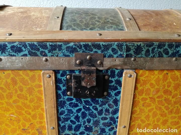 Antigüedades: Antiguo baúl Arcon grande vintage de chapa y madera, forrado en papel - Foto 6 - 108309375