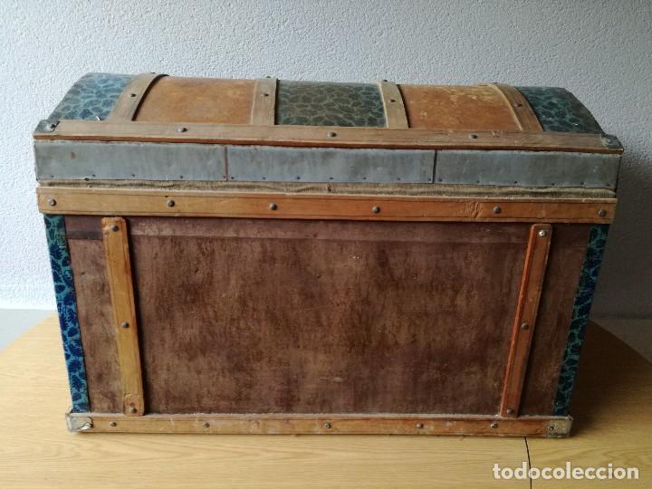 Antigüedades: Antiguo baúl Arcon grande vintage de chapa y madera, forrado en papel - Foto 7 - 108309375