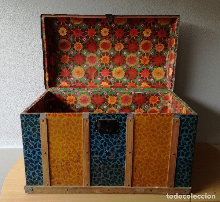 Antigüedades: Antiguo baúl Arcon grande vintage de chapa y madera, forrado en papel - Foto 8 - 108309375