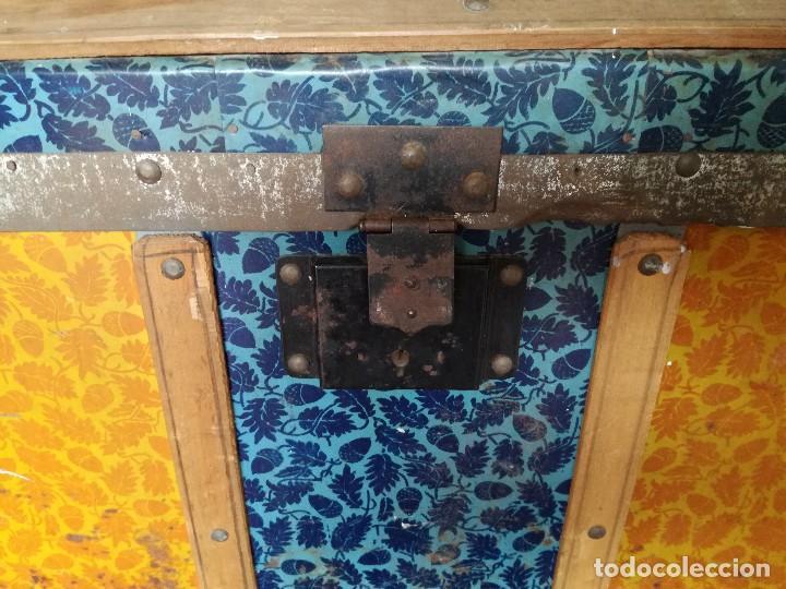 Antigüedades: Antiguo baúl Arcon grande vintage de chapa y madera, forrado en papel - Foto 9 - 108309375