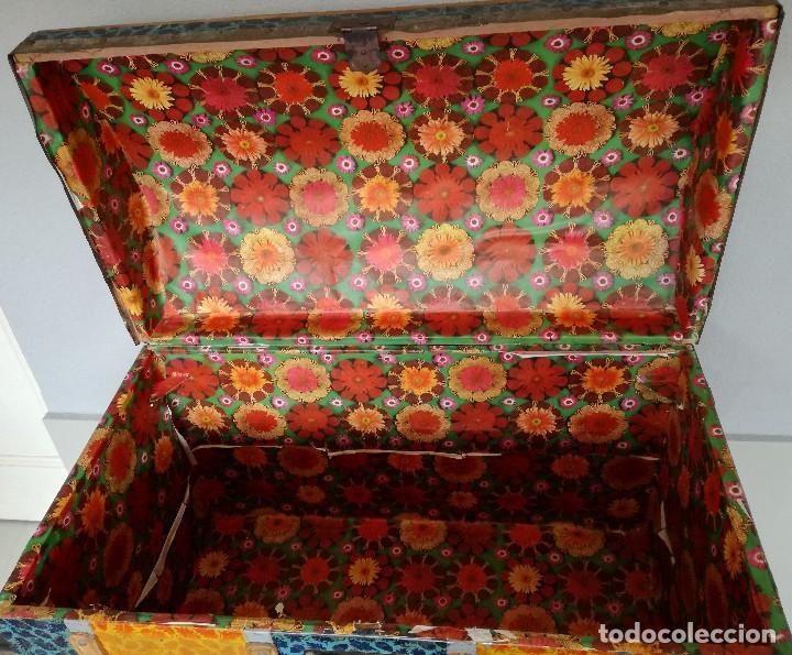 Antigüedades: Antiguo baúl Arcon grande vintage de chapa y madera, forrado en papel - Foto 10 - 108309375