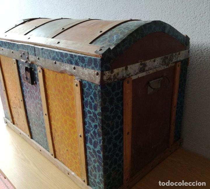 Antigüedades: Antiguo baúl Arcon grande vintage de chapa y madera, forrado en papel - Foto 11 - 108309375